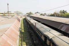 Khulna, Bangladesh, il 28 febbraio 2017: Vista della stazione ferroviaria immagini stock libere da diritti