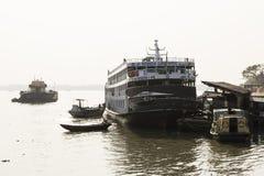 Khulna, Bangladesh, Maart 1 2017: Passagiersveerboot bij een pijler wordt tegengehouden die Stock Foto