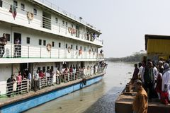 Khulna, Bangladesh, Maart 1 2017: Typische passagiersveerboot op een rivieroever royalty-vrije stock fotografie