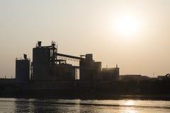 Khulna Bangladesh, mars 1 2017: Industrianläggning för cementproduktion royaltyfria bilder