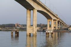 Khulna Bangladesh, mars 1 2017: Modern konkret bro i aftonljuset Arkivfoto