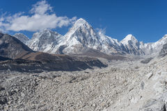 Khumbu冰川和Lobuche山 免版税图库摄影