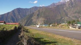 Khumbuvallei, Nepal Oktober 2017: Een vliegtuig die in Lukla-luchthaven van start gaan, die gekend om één van het gevaarlijkst is stock video