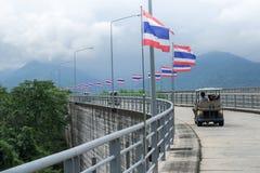 08 27 2017 - Khun丹Prakan Chon水坝在泰国,旅游推进汽车 免版税库存图片
