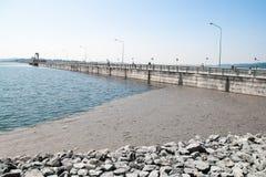 Khun Dan Prakan Chon Concrete Dam, Thaïlande Images stock