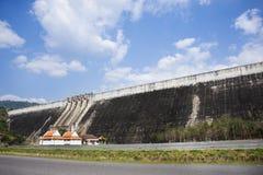Khun Dan Prakan Chon Dam wurde früher Reservoir Khlong Tha Dan am Verbot Tha-Dan in Nakhon Nayok, Thailand genannt stockbilder