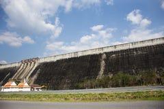 Khun Dan Prakan Chon Dam wurde früher Reservoir Khlong Tha Dan am Verbot Tha-Dan in Nakhon Nayok, Thailand genannt lizenzfreie stockbilder