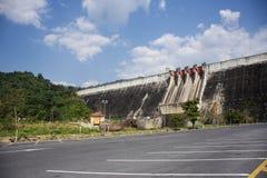 Khun Dan Prakan Chon Dam wurde früher Reservoir Khlong Tha Dan am Verbot Tha-Dan in Nakhon Nayok, Thailand genannt lizenzfreies stockbild
