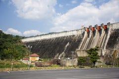 Khun Dan Prakan Chon Dam wurde früher Reservoir Khlong Tha Dan am Verbot Tha-Dan in Nakhon Nayok, Thailand genannt lizenzfreies stockfoto