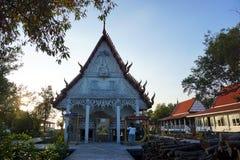 Khun Samut Trawat świątynia Tajlandia mierzy przy teraźniejszością otaczającą morzem, jako ziemia wokoło wody morskiej przed żlob Obrazy Stock