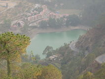 Khurpa tal em uma distância - Nainital, Uttarakhand, Índia Fotos de Stock Royalty Free