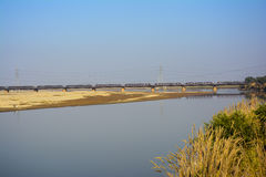 Khushab在杰赫勒姆河的铁路桥梁 免版税库存照片