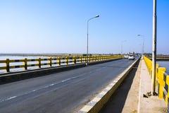 Khushabbrug over Jhelum-Rivier stock afbeeldingen