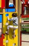 Khust, Ucrania - 22 de abril de 2018 Pequeños niños funcionados con alrededor y foto de archivo libre de regalías