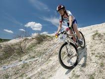 KHVALYNSK - 2016年5月7日:女性骑自行车者乘坐在XCE排除器轨道冠军' 俄国cities&#x27比赛; 库存照片