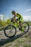 KHVALYNSK - 2016年5月7日:女性骑自行车者乘坐在XCE排除器轨道冠军' 俄国cities&#x27比赛; 免版税库存图片