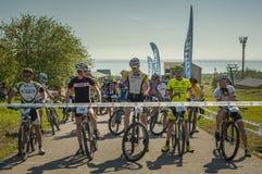 KHVALYNSK - 2016年5月9日:小组高地马拉松轨道冠军的&#x27骑自行车者; 俄国cities&#x27比赛; 免版税库存图片