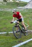 KHVALYNSK - 2016年5月7日:男性骑自行车者乘坐在XCE排除器轨道冠军' 俄国cities&#x27比赛; 库存图片