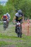 KHVALYNSK - 2016年5月8日:骑自行车者乘坐往终点线在平地马拉松冠军' 俄国cities&#x27比赛; 免版税库存照片