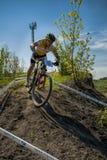 KHVALYNSK - 7 MEI, 2016: Mannelijke fietserritten bij XCE-het kampioenschap &#x27 van het eliminatorspoor; Gelijke van Russische  Royalty-vrije Stock Fotografie