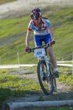 KHVALYNSK - 7 MEI, 2016: Vrouwelijke fietserritten bij XCE-het kampioenschap &#x27 van het eliminatorspoor; Gelijke van Russische Stock Afbeelding