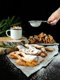 Khvorost kakor som täckas med sockerpulver Arkivbild