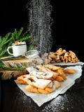 Khvorost-Plätzchen bedeckt mit Zuckerpulver Lizenzfreie Stockfotos