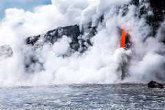 """KiÌ """"lauea wulkanu lawowy przepływ nalewa w ocean w Hawaje Obraz Stock"""