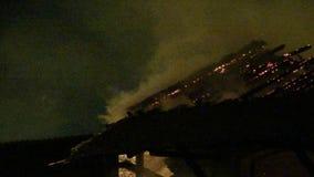 Kiści woda gasi ogienia na dachu zbiory