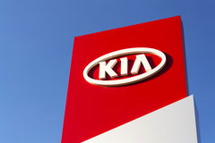 Kia circule en voiture le logo de société devant le concessionnaire construisant le 31 mars 2017 à Prague, République Tchèque Image stock