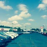 Kia Dealership On en Sunny Day Arkivfoto