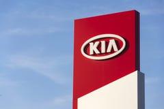 Kia viaja de automóvel o logotipo da empresa na frente do negócio que constrói o 31 de março de 2017 em Praga, república checa Foto de Stock