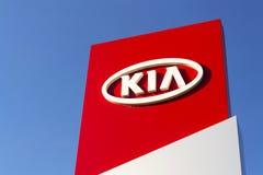 Kia viaja de automóvel o logotipo da empresa na frente do negócio que constrói o 31 de março de 2017 em Praga, república checa Imagem de Stock