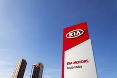 Kia viaja de automóvel o logotipo da empresa na frente do negócio que constrói o 31 de março de 2017 em Praga, república checa Imagem de Stock Royalty Free