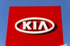 Kia viaja de automóvel o logotipo da empresa na frente do negócio que constrói o 31 de março de 2017 em Praga, república checa Fotografia de Stock