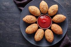 Kibbeh传统餐馆菜单中东牛肉、羊羔、山羊或者骆驼肉充塞了碾碎干小麦kofta 免版税库存图片
