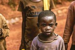 KIBUYE, RUANDA, ÁFRICA - 11 DE SETEMBRO DE 2015: Criança desconhecida As caras de África Imagem de Stock Royalty Free