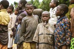 KIBUYE, RUANDA, AFRIKA - 11. SEPTEMBER 2015: Unbekanntes Kind Das Haus des kleinen Landwirt African-Jungen Stockfotografie