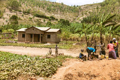 KIBUYE, RWANDA, AFRÄ°CA - 11 DE SEPTIEMBRE DE 2015: Mujeres no identificadas Las mujeres africanas y sus niños alrededor de la fu Fotografía de archivo