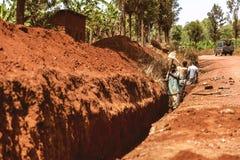 KIBUYE RWANDA, AFRÄ°CA - SEPTEMBER 11, 2015: Oidentifierade arbetare Arkivfoto