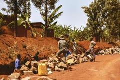 KIBUYE RWANDA, AFRÄ°CA - SEPTEMBER 11, 2015: Oidentifierade arbetare Royaltyfri Foto