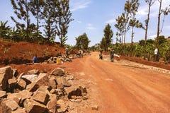 KIBUYE RWANDA, AFRÄ°CA - SEPTEMBER 11, 2015: Oidentifierat de rwandiska arbetarna Royaltyfri Bild