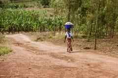 KIBUYE RWANDA, AFRÄ°CA - SEPTEMBER 11, 2015: Okända den afrikanska arbetarkvinnan Royaltyfri Foto