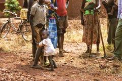 KIBUYE RWANDA, AFRIKA - SEPTEMBER 11, 2015: Okänt folk Folket som är med deras gamla kläder och är den barfota ställningen på l arkivbilder