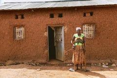 KIBUYE, RWANDA, AFRIKA - SEPTEMBER 11, 2015: Onbekende vrouw De vrouw met pikhouweel en schop op haar handen is blootvoets Stock Foto's