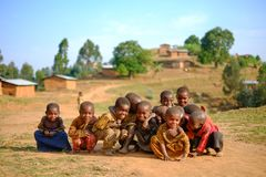 Kibuye/Rwanda - 08/25/2016: Groep Afrikaanse pygmy stam childre Royalty-vrije Stock Foto
