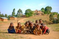 Kibuye/Rwanda - 08/25/2016: Grupp av afrikansk pygméstamchildre Royaltyfri Foto