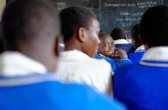 Kibuye/Rwanda - 08/26/2016: Profesor y alumnos en las matemáticas le imagen de archivo