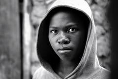 Kibuye/Rwanda - 08/25/2016 : Regard dramatique de fille africaine au Rwanda images stock