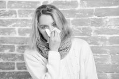 Kichać właśnie utrzymania przychodzić Chora kobieta dmucha jej nos w pielusze Ładny dziewczyny kichnięcie sezonowy wirus grypy śl zdjęcia stock